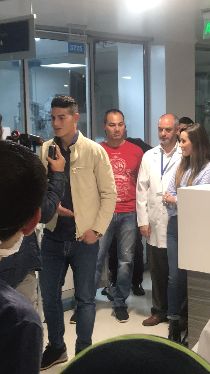 James visitó a niños enfermos en Bogotá. ¡Gran corazón!
