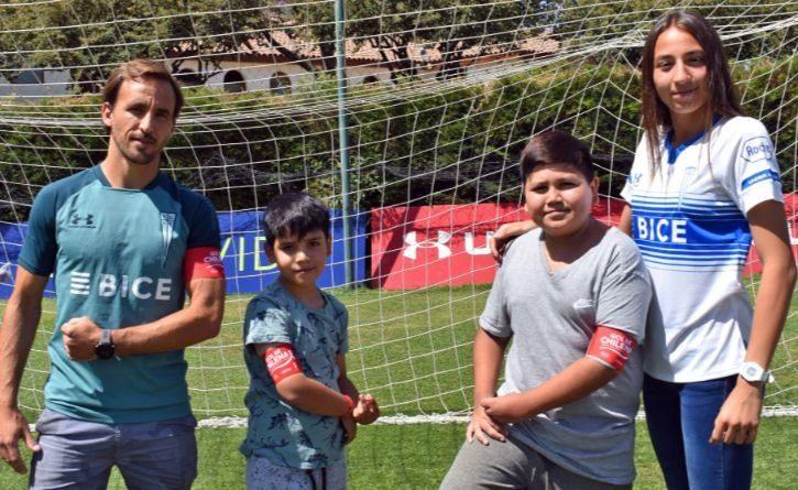 Dos niños sobrevivientes del cáncer reciben becas en reconocida escuela de fútbol