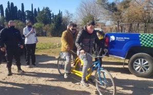 Reclusos fabrican y donan una bicicleta para un invidente