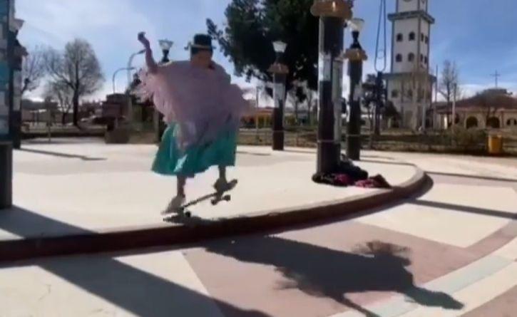 Indígenas practican skate son sus trajes típicos para promover este deporte