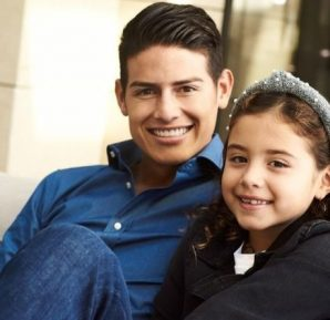 James y Daniela enseñan a su hija a hacer los oficios de la casa, ¡Buena educación!