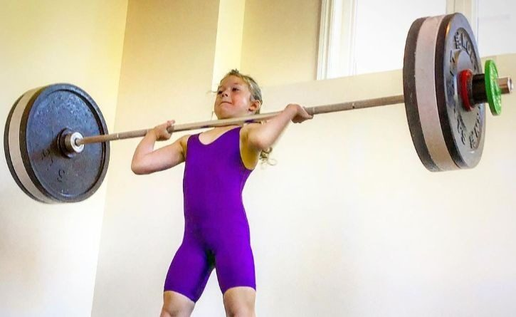 La increíble niña pesista de 7 años que es capaz de levantar 80 kilos