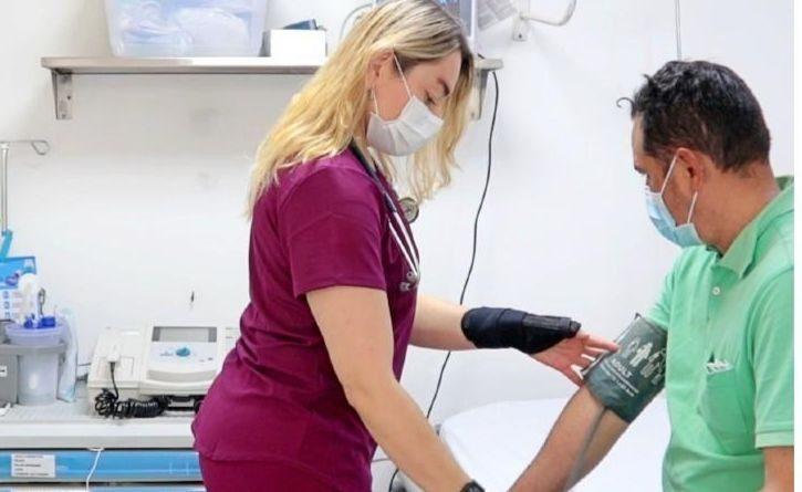 Deportista paralímpica salva vidas como médica en Colombia