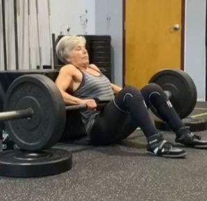 La anciana de 71 años que tiene el récord mundial en levantamiento de peso muerto